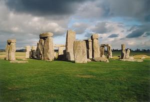 1024px-Stonehenge_back_wide