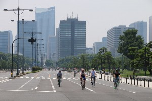 1024px-CAR_FREE_HIGHWAY_ON_SUNDAY_FILLED_WITH_BIKERS_IN_TOKYO